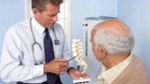 Explicação médica para a osteoporose em homens, é a principal causa de ossos quebrados após os 50 anos. Como os homens conseguem isso? Causas da osteoporose.